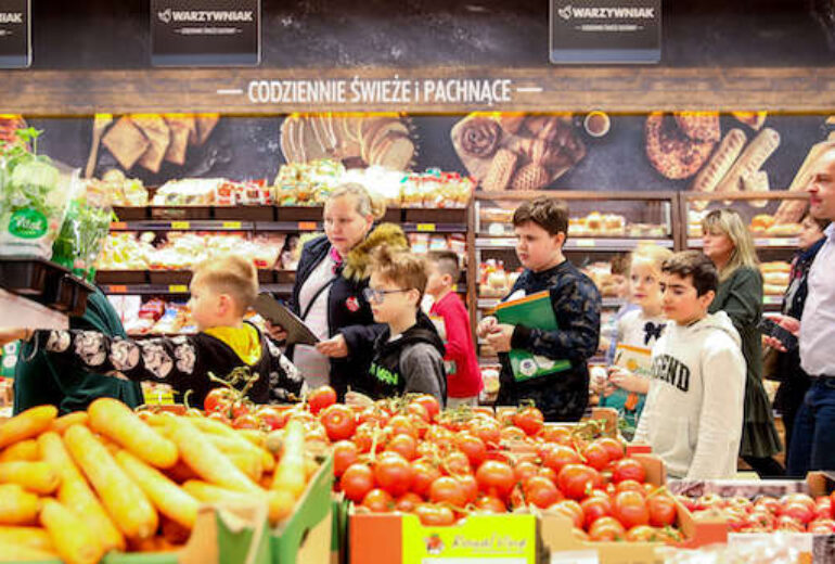 grupa dzieci w dziale owoców i warzyw