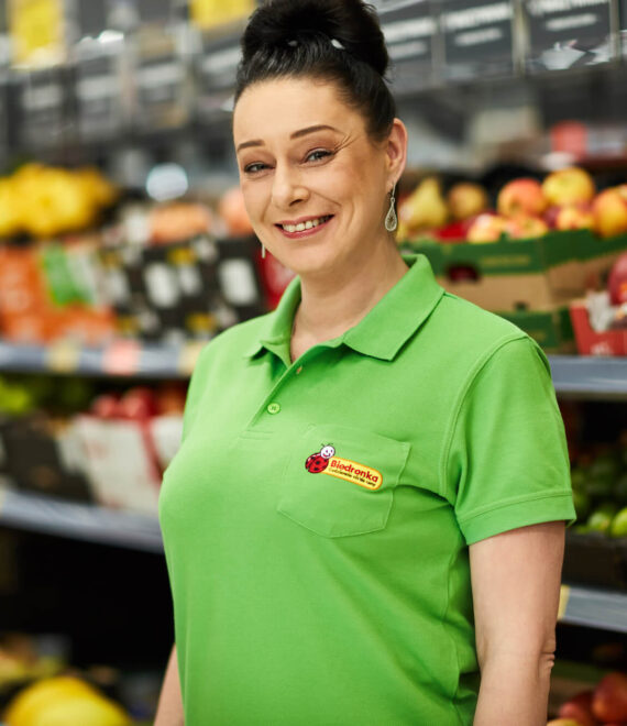 Uśmiechnięta kobieta Longina w zielonej koszulce