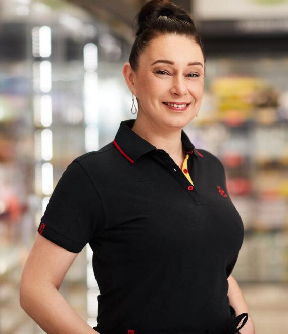 Uśmiechnięta kobieta w czarnej koszulce polo