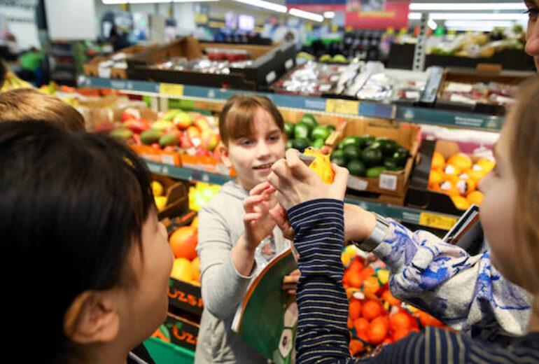 dzieci na tle warzyw w sklepie