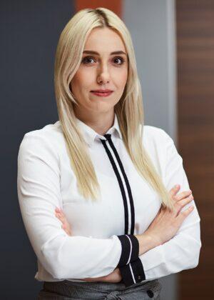 Młoda kobieta w białej koszuli