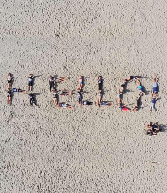 Napis Hello ułożony z ludzi
