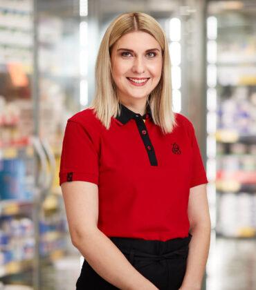 молода усміхається жінка в червоній сорочці