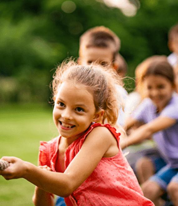 Dzieci przeciągające linę