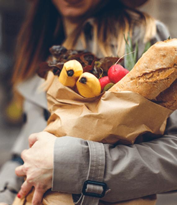 Kobieta trzymająca w ręku zakupy spożywcze
