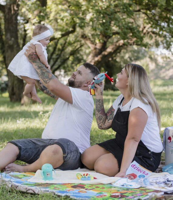Rodzice z małym dzieckiem na pikniku