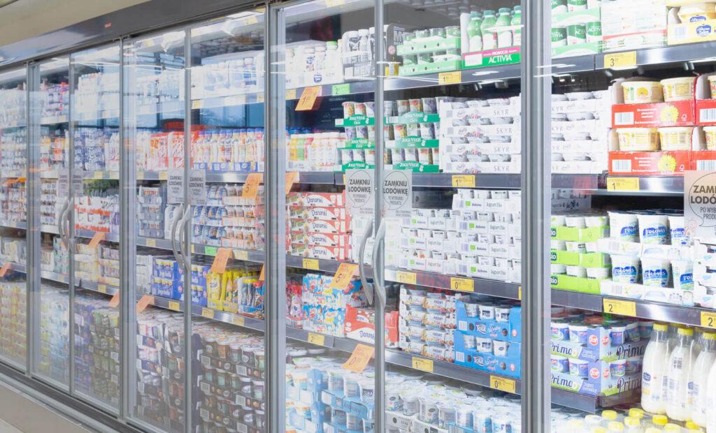 widok ściany z lodówkami w sklepie