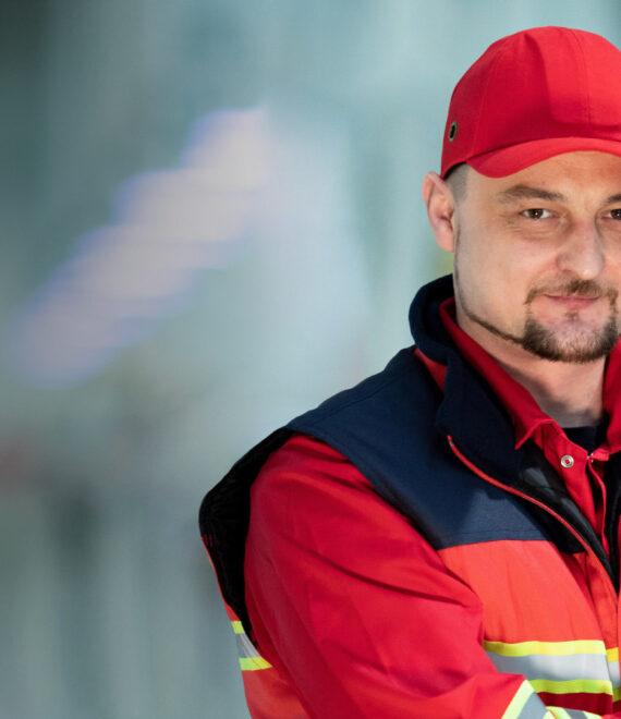 чоловік у робочому комбінезоні та червоній підошві
