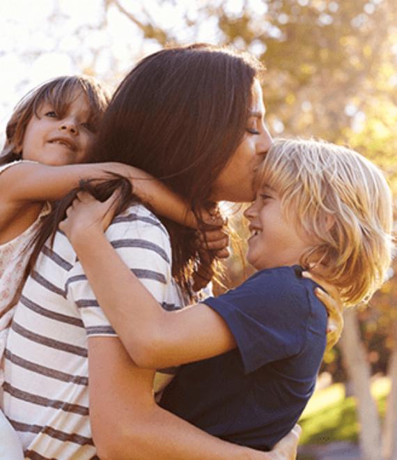 kobieta trzymająca dwójkę dzieci