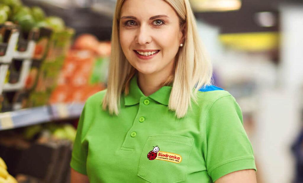 Uśmiechnięta kobieta z owocem