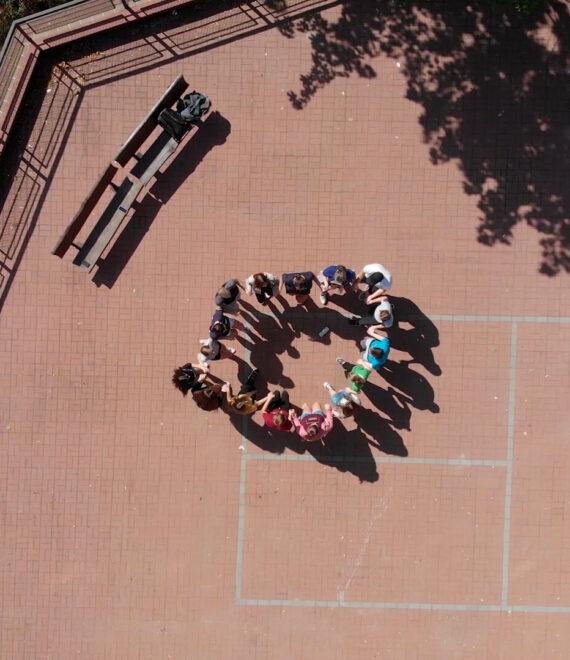 uczniowie ustawieni w kole na boisku