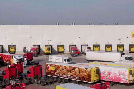 Ciężarówki przed magazynem