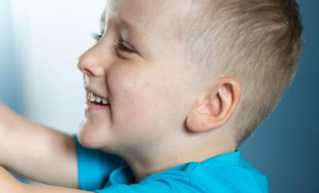 Mały chłopiec w niebieskiej koszulce