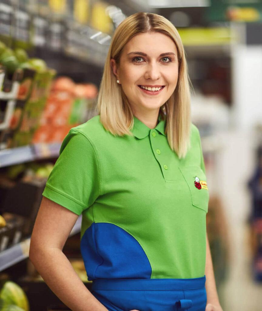 Młoda kobieta w zielonej koszulce