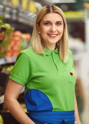 Uśmiechnięta kobieta w zielonej koszulce