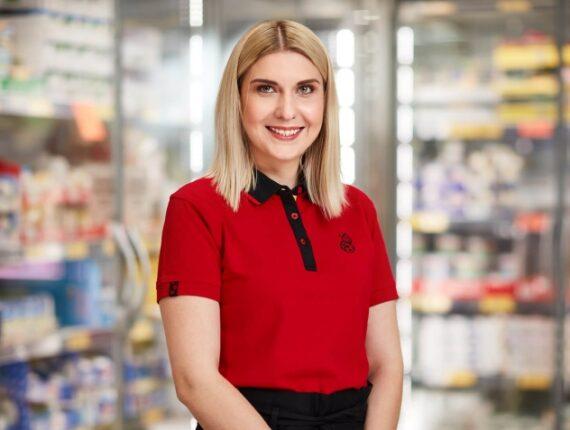Uśmiechnięta kobieta w czerwonej koszulce Biedronki