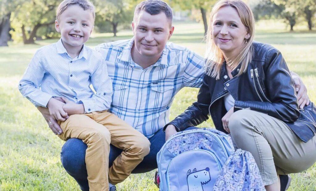 Rodzina siedząca w parku