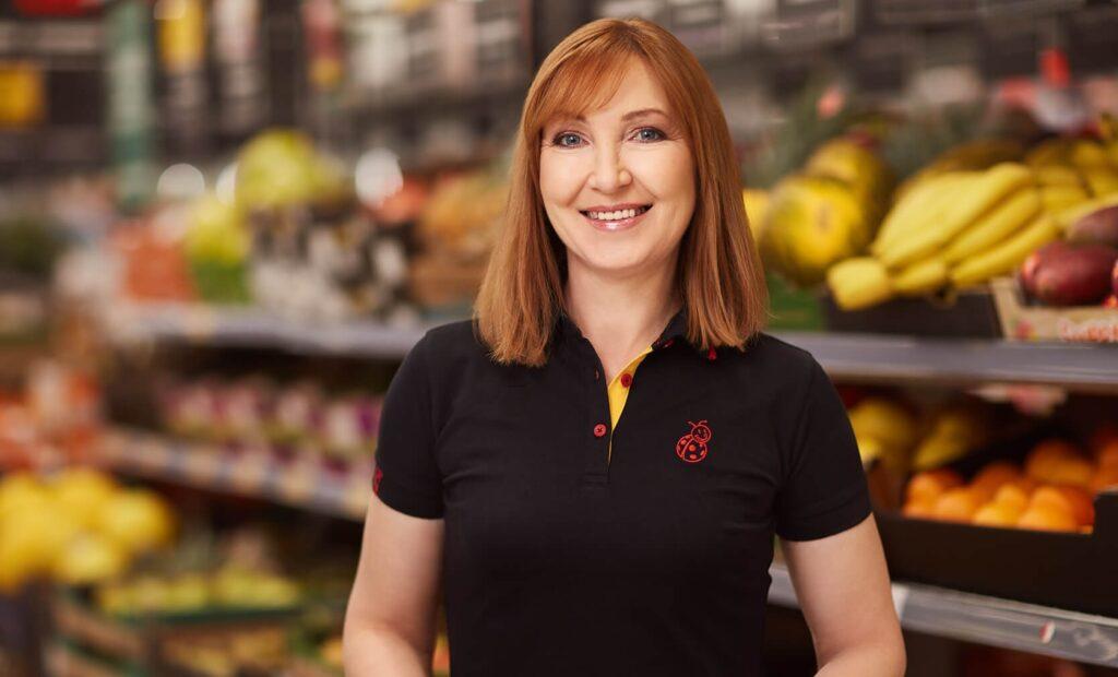 жінка в магазині