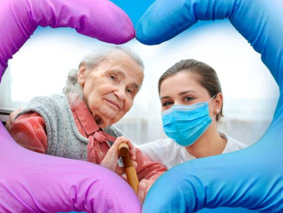 osoba starsza z pielęgniarką w maseczce