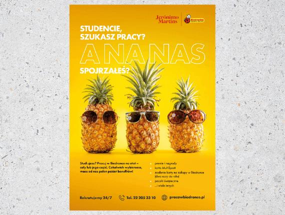 pomarańczowy plakat na szarym tle z ananasami