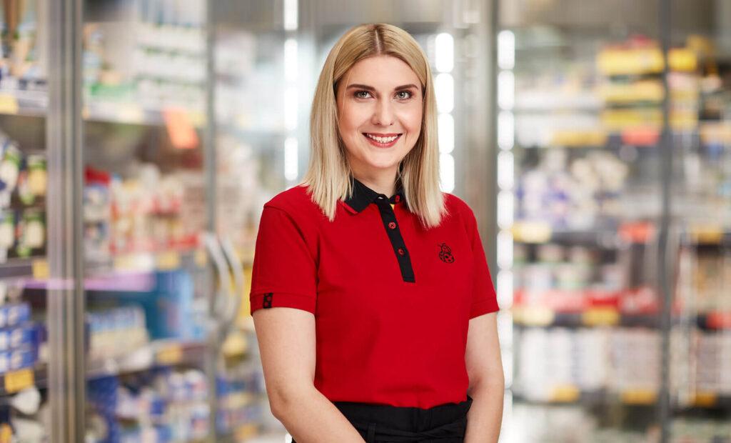 Młoda uśmiechnięta kobieta w czerwonej koszulce
