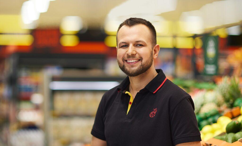 Uśmiechnięty pracownik Biedronki