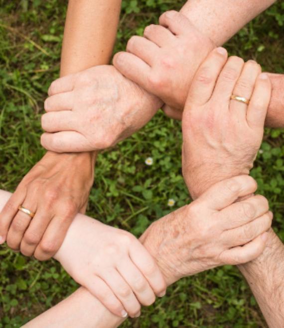 kilka dłoni trzymających się wzajemnie