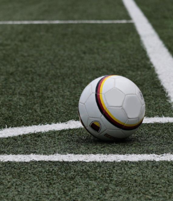 piłka do gry w piłkę nożną na boisku