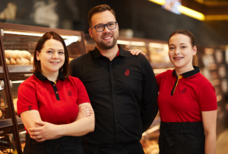 Trójka uśmiechniętych pracowników