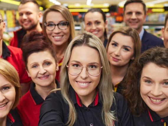 Uśmiechnięci pracownicy Biedronki