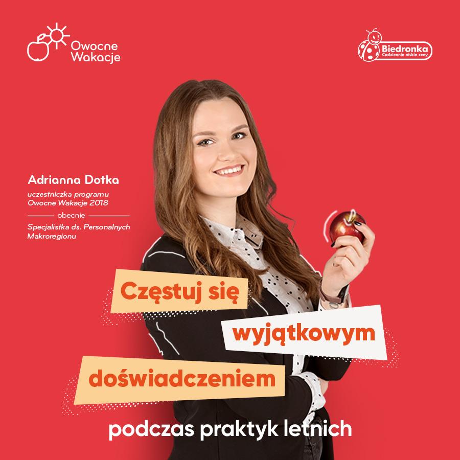 młoda studentka z jabłkiem na czerwonym tle
